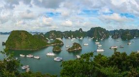 Vogelperspektivepanorama von Halong-Bucht mit Kreuzfahrtbooten stockfotos