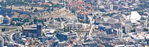 Vogelperspektivepanorama von Skopje-Zentrum mit den Gegenständen errichtet mit Projekt 2014 stockfotos