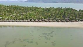 Vogelperspektiveparadiesinsel im Meer mit Bungalow auf sandigem Strand Luxus-Resort-Strand auf grüner Tropeninsel auf Meer stock video