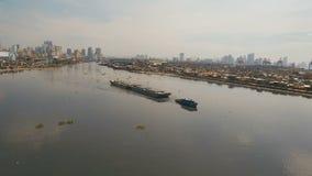 Vogelperspektiveschlepper und barge herein das Meer Philippinen, Manila stock video footage