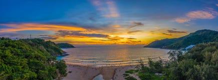 Vogelperspektivesonnenuntergang über Nai Harn-Strand stockbild