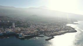 Vogelperspektivestadthäuser auf der Insel beleuchtet durch helles Sonnenlicht stock video