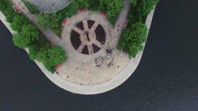 Vogelperspektiveteich im Park am sonnigen Tag des Sommers ablage Draufsicht des Stadt Parks auf dem Teich Lizenzfreies Stockfoto