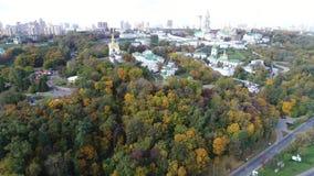 Vogelperspektivevideo der rechten Bank von Kiew neigt sich in Herbst Kiew-Pechersk Lavra stock video