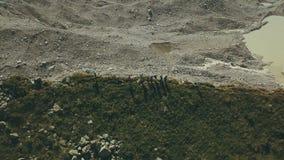 Vogelperspektivewandergruppe, die auf Gebirgsrand steht Klettern eines Berges stockbilder