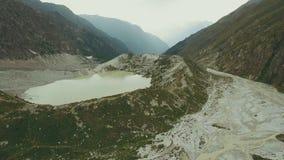 Vogelperspektivewandergruppe, die entlang Gebirgsfluss geht Klettern eines Berges lizenzfreie stockfotografie