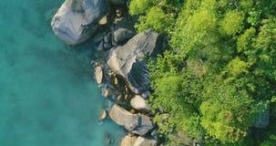Vogelperspektivewellen brechen auf Inselstrand bei Sonnenuntergang Meereswellen auf dem Trauminselvogelperspektive-Brummen 4k Ans stock footage