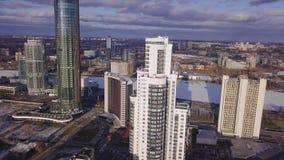 Vogelperspektivewohngebäudekomplex und Wohnhausnachbarschaft clip Draufsicht des modernen luxery stock video