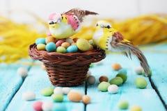 Vogels in een mand Stock Foto's