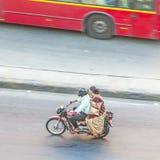 Vogelschau auf ein Paar auf einem Motorrad in Jaipur Stockbilder