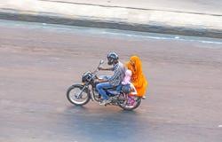 Vogelschau auf eine Familie auf einem Motorrad in Jaipur Stockbilder