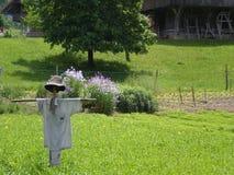 Vogelscheuche auf organischem Bauernhof mit Stockbilder