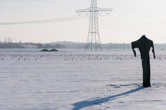 Vogelscheuche in einer schneebedeckten holländischen Winterlandschaft Stockbild