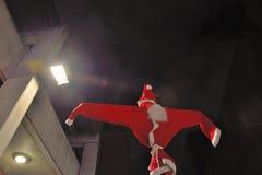 Vogelscheuche Weihnachtsmann auf einem Stock Stockfotos
