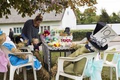 Vogelscheuchenfestival Hygh Wych führte Alice im Märchenland durch lizenzfreie stockfotografie