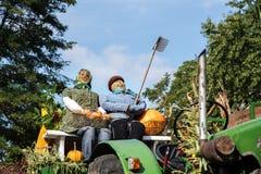 Vogelscheuchenstroh stellt Landwirt und farmer& x27 dar; s-Frau auf einer alten Fläche Lizenzfreies Stockfoto