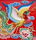 Vogelskulpturen auf der Wand. Lizenzfreies Stockfoto