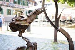 Vogelstahlstatue an Marktplatz oder am Markt von Ladenburg-Stadt stockfotografie