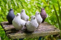 Vogelstandbeelden op de houten lijst Royalty-vrije Stock Foto
