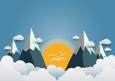Vogelsvlieg aan de zon en mooie bergen met mooie clou royalty-vrije illustratie