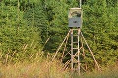 Vogelwaarnemingstoren in het bos stock afbeeldingen