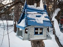 Vogelzufuhr in Form eines Hauses unter dem Schnee, Nowosibirsk, Russland stockfotos