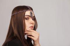 Vogue-Artporträt der schönen Brunettefrau mit Haar ornam Stockbild
