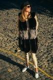 Vogue-Artporträt modernes ladie der tragenden Pelz-Artkleidungs für Außenseite Herbstmodetrend Mode im Freien lizenzfreies stockbild