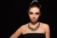 Vogue. Härlig kvinna som poserar i svart klänning Royaltyfria Bilder