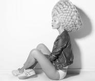 Vogue. Modello di moda eccentrico fantastico della donna nella seduta creativa della parrucca fotografia stock libera da diritti