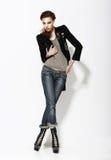 Vogue. Ritratto integrale della donna alla moda nella posa informale immagine stock libera da diritti