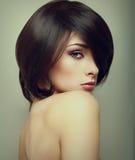 Vogue stående av den förföriska kvinnan med kort hår Fotografering för Bildbyråer