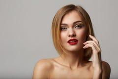 Vogue-stijlportret van mooie gevoelige vrouw! Stock Afbeeldingen