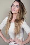 Vogue-stijlportret van mooie gevoelige vrouw op geïsoleerde bruine achtergrond - perfecte huid Professionele Samenstelling Stock Foto's