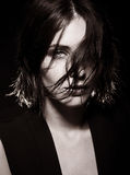 Vogue stilfoto av den sinnliga kvinnan Royaltyfri Foto