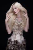 Vogue stilfoto av en skönhetkvinna royaltyfri fotografi