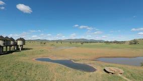 Voi Kenya, circa Juni 2018 - färgrikt landskap på den bekväma logen lager videofilmer