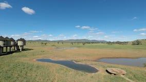 Voi Kenya, circa Juni 2018 - färgrikt landskap på den bekväma logen stock video