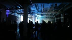 Voici la longueur de la foule de personnes faisant la fête à un concert ou à une boîte de nuit Vous pouvez voir les silhouettes f banque de vidéos