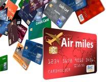 Voici un grand groupement des cartes de crédit qui semblent flotter ou voler image stock