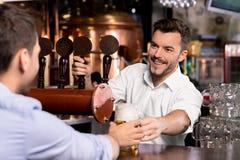 Voici votre bière. Photographie stock