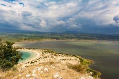 Voidokilia海滩和Divari盐水湖看法在希腊的伯罗奔尼撒地区,从Palaiokastro 免版税库存图片