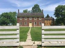 Voie à la maison historique de brique rouge Image stock