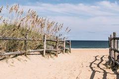 Voie à la plage avec la barrière en bois chez Sandbridge Photographie stock libre de droits