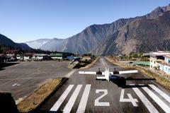 Voie 24 à l'aéroport de Lukla. Images libres de droits