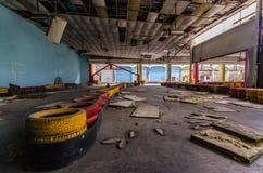 voie abandonnée de kart dans un hall photographie stock