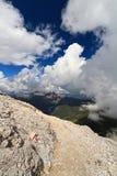 Voie alpestre au-dessus des nuages Image libre de droits