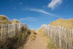 Voie au-dessus des dunes de sable Photographie stock libre de droits