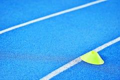 Voie bleue de sprint avec des cônes de marqueur photos libres de droits