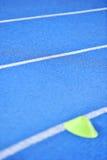 Voie bleue de sprint avec des cônes de marqueur images libres de droits